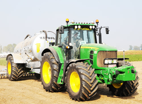 трактор на колесном ходу